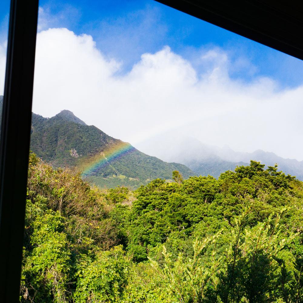 窓枠越しに虹 屋久島の山、空 屋久島日々の暮らしとジュエリー オーダーメイドマリッジリングのモチーフ