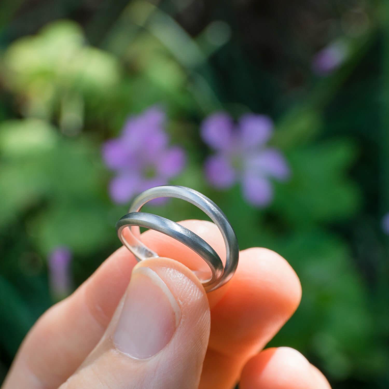 場面2 オーダーメイドマリッジリング 屋久島ジュエリーのアトリエ 庭 屋久島の緑バック プラチナ 屋久島でつくる結婚指輪