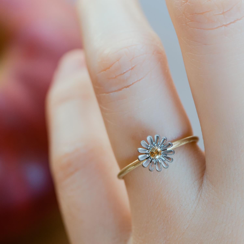 お花の指輪 屋久島のツワブキモチーフ 指クローズアップ ゴールド、プラチナ、ダイヤモンド 屋久島花とジュエリー