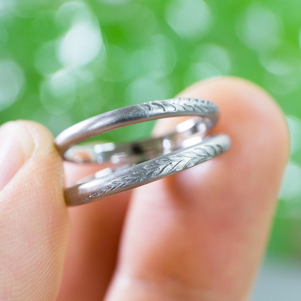 オーダーメイドマリッジリング 手に指輪 プラチナ 屋久島のシダ模様 屋久島で作る結婚指輪
