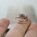 オーダーメイドマリッジリングの制作風景 ジュエリーのアトリエ 屋久島のシダモチーフリング 指の上 ゴールド、プラチナ 屋久島でつくる結婚指輪