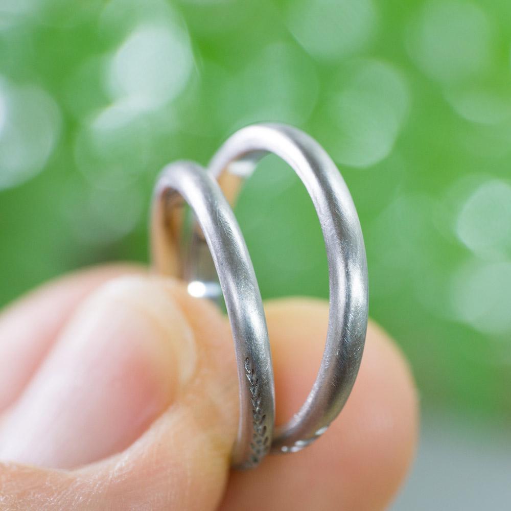 場面2 オーダーメイドマリッジリング 手に指輪 プラチナ 屋久島のシダ模様 屋久島で作る結婚指輪