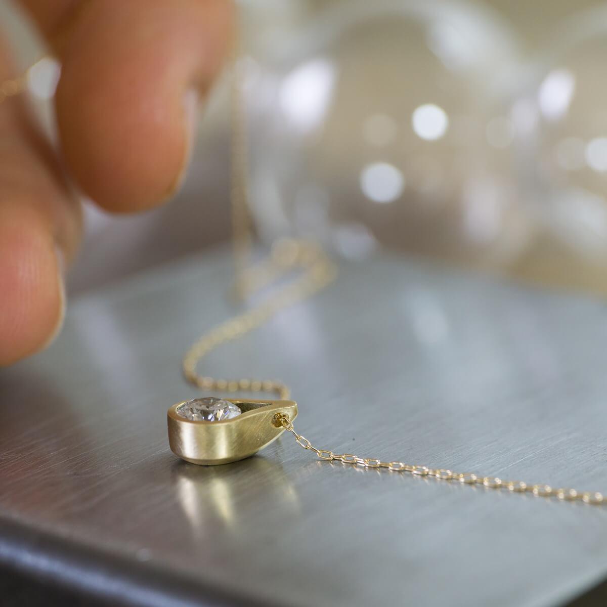 しずく型のネックレス 屋久島の雨モチーフ ジェリーのアトリエ ゴールド、ダイヤモンド オーダーメイドのリメイクジュエリー 屋久島でつくる結婚指輪