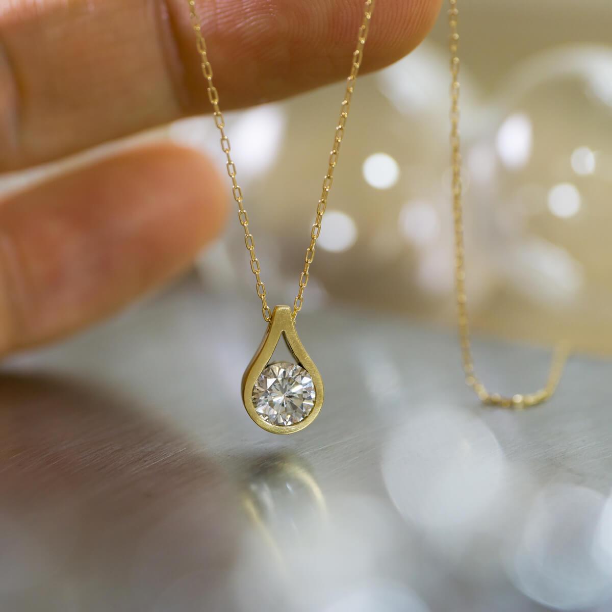 正面から 屋久島の雨モチーフ しずく型のネックレス ジェリーのアトリエ ゴールド、ダイヤモンド オーダーメイドのリメイクジュエリー 屋久島でつくる結婚指輪