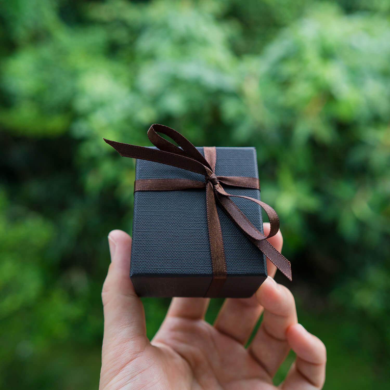 オーダーメイドエンゲージリング ケース手に 屋久島の緑バック 屋久島でつくる婚約指輪