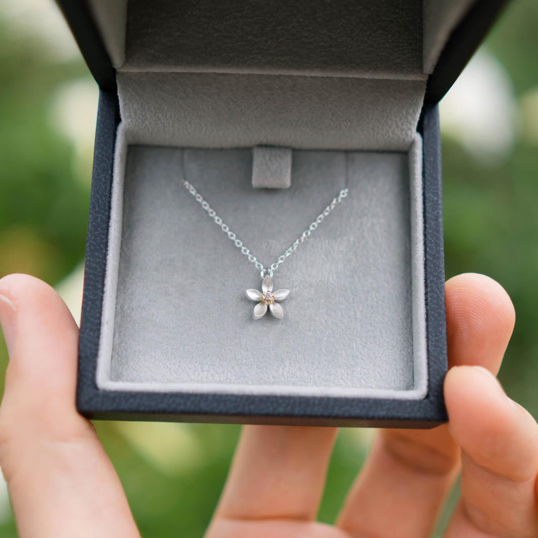 屋久島の百合バック 手にジュエリーのケース 花のネックレス シルバー、ダイヤモンド オーダーメイドのジュエリー作り 屋久島花とジュエリー