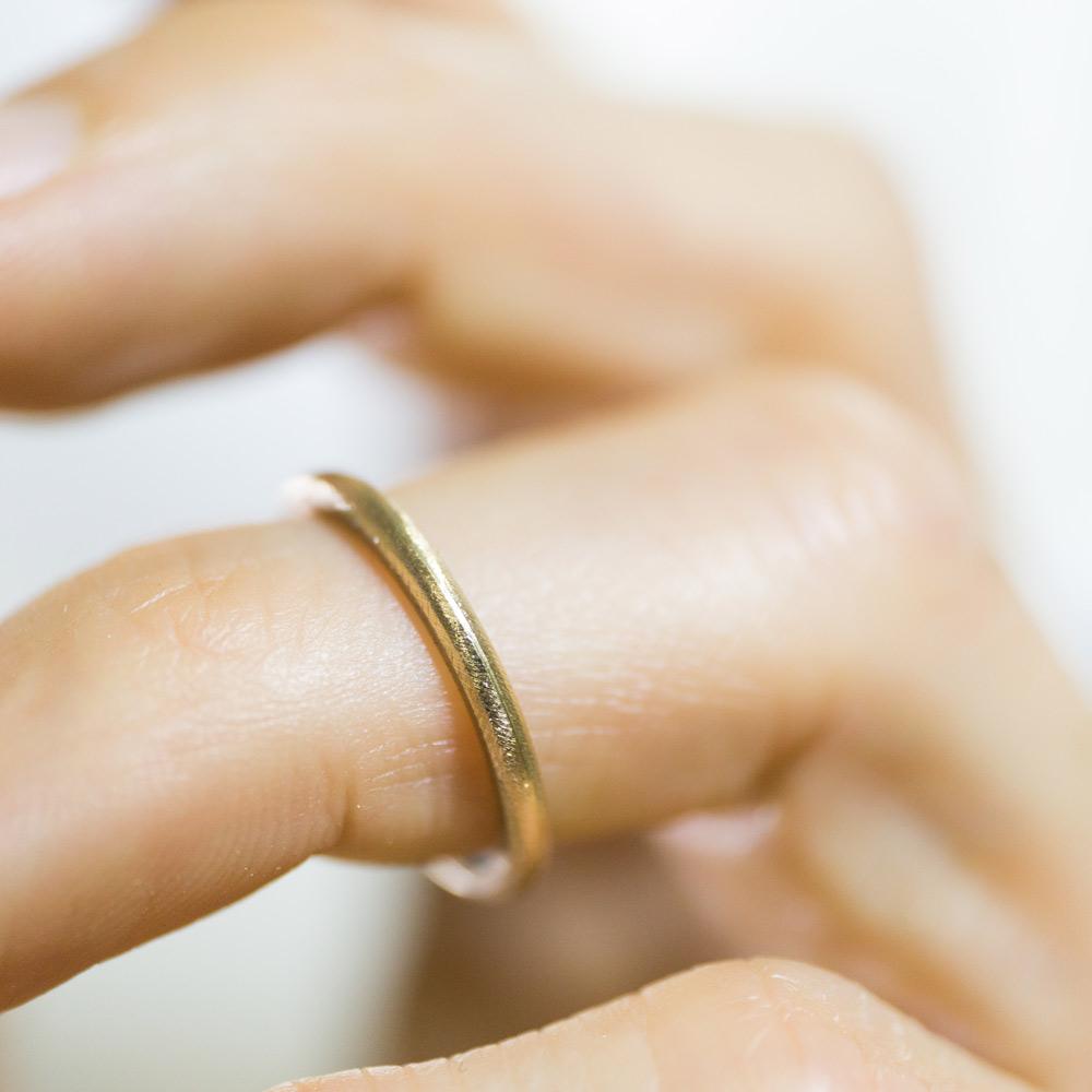 オーダーメイドマリッジリング 制作途中、指につけて ゴールド 屋久島で作る結婚指輪