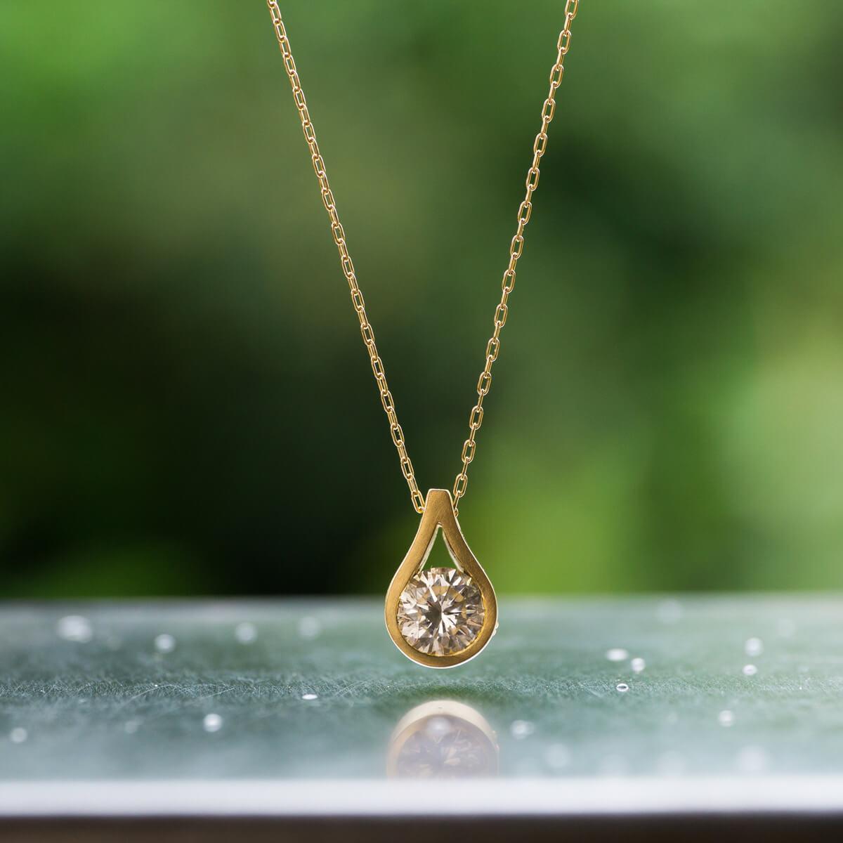 屋久島の緑バックに しずく型のネックレス 屋久島の雨モチーフ ジェリーのアトリエ ゴールド、ダイヤモンド オーダーメイドのリメイクジュエリー 屋久島でつくる結婚指輪