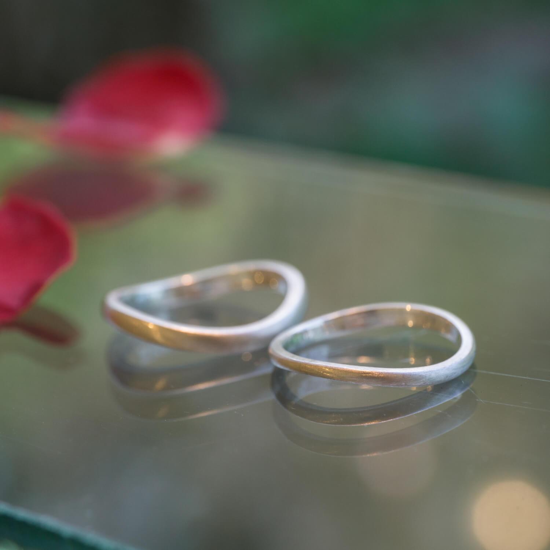 屋久島しずくギャラリー ジュエリーのディスプレイ オーダーメイドマリッジリングのサンプル シルバー 屋久島でつくる結婚指輪