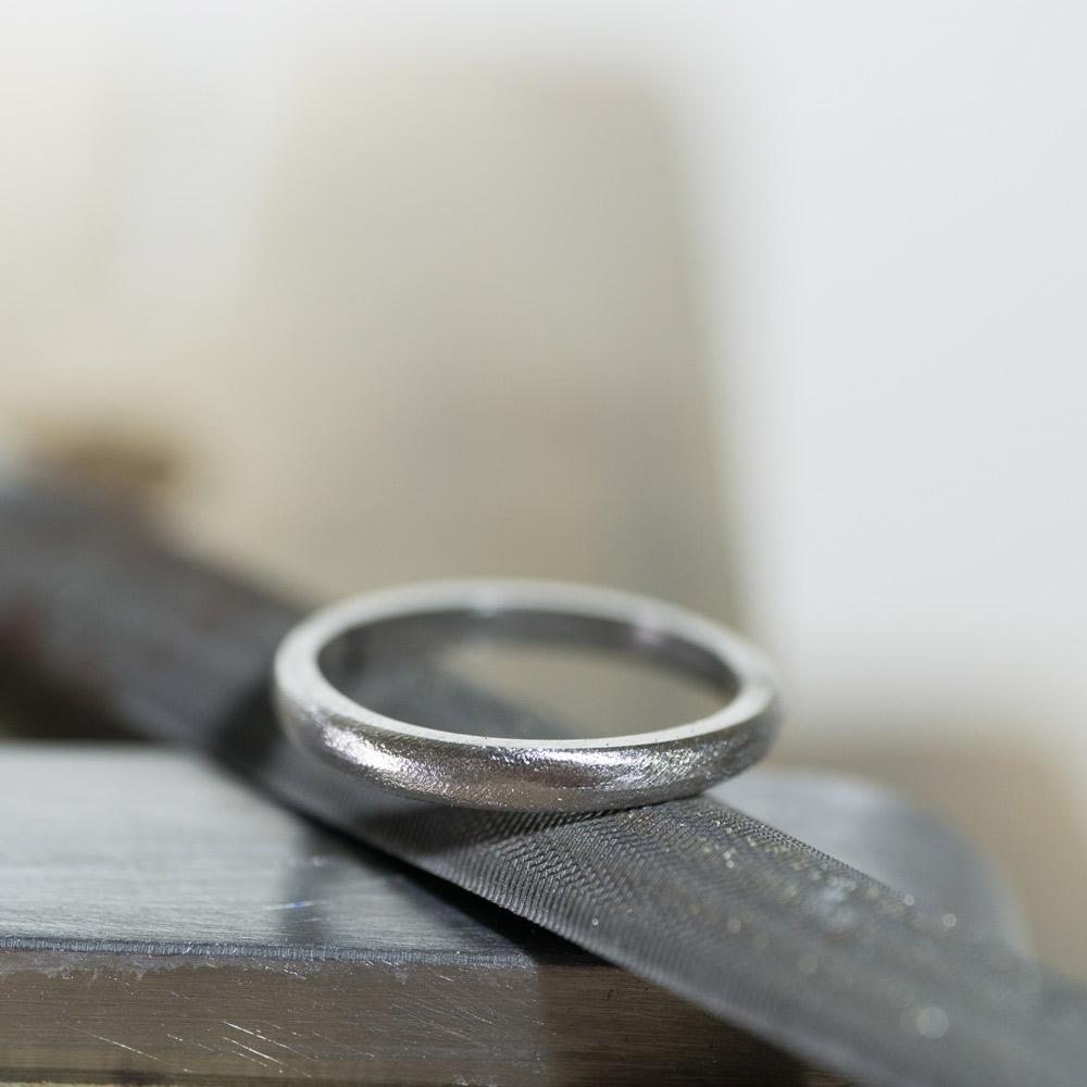 場面2 オーダーメイドマリッジリングの制作風景 ジュエリーのアトリエ 作業場に指輪 プラチナ 屋久島で作る結婚指輪
