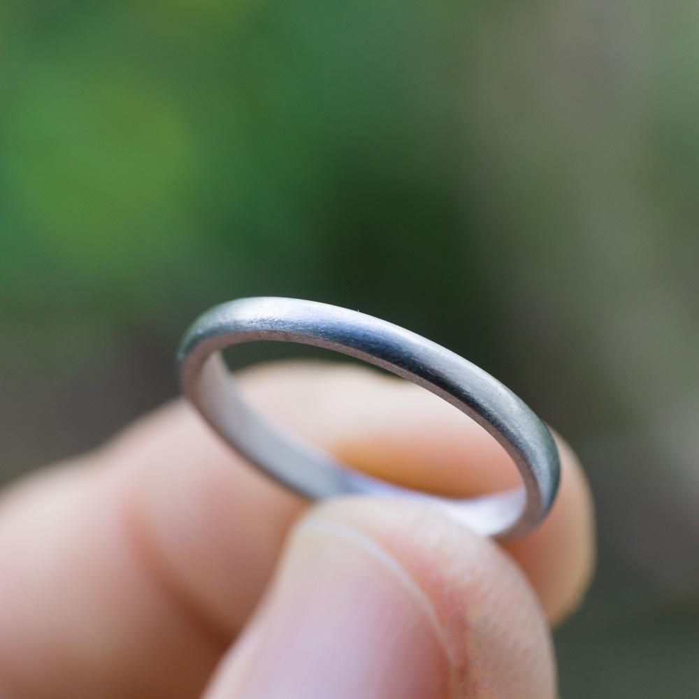 オーダーメイドマリッジリングの制作風景 屋久島の緑バック 手に指輪 プラチナ 屋久島で作る結婚指輪