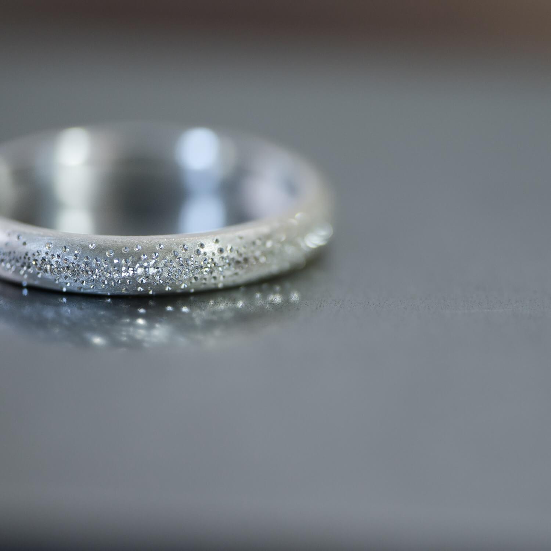 雪のキラキラを指輪の表面に散りばめました。New!結婚指輪の表面仕上げ