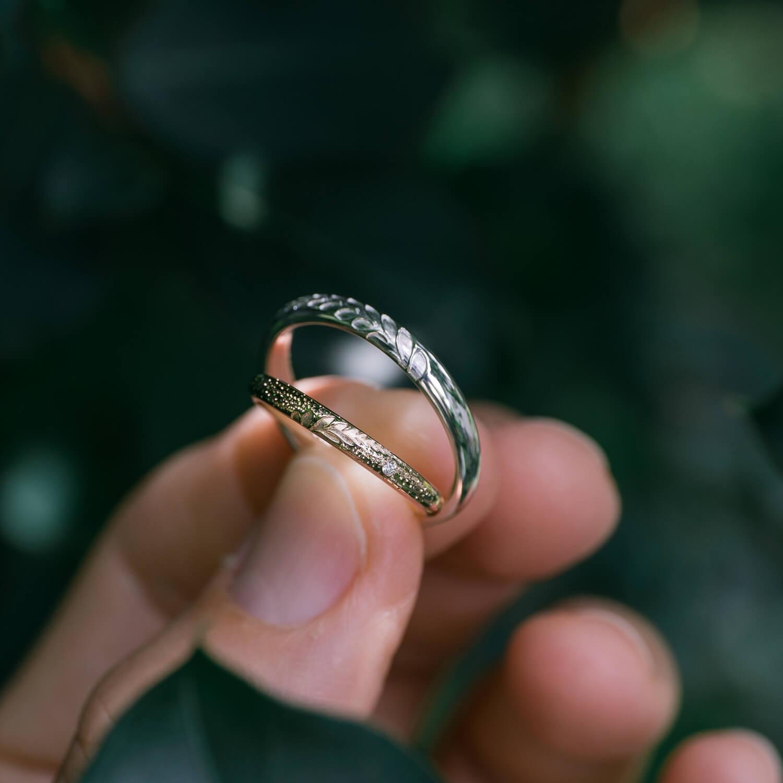 手に持って オーダーメイドマリッジリング 屋久島の緑バック、ジュエリーのディスプレイ 屋久島の緑バック ゴールド、シルバー、ダイヤモンド 屋久島でつくる結婚指輪