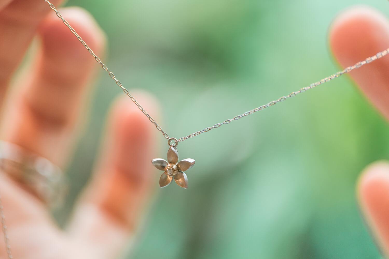 オーダーメイドお花のネックレス 手に持って 屋久島のタンカンの花モチーフ ゴールド、プラチナ、ダイヤモンド 屋久島でオーダーメイドジュエリー