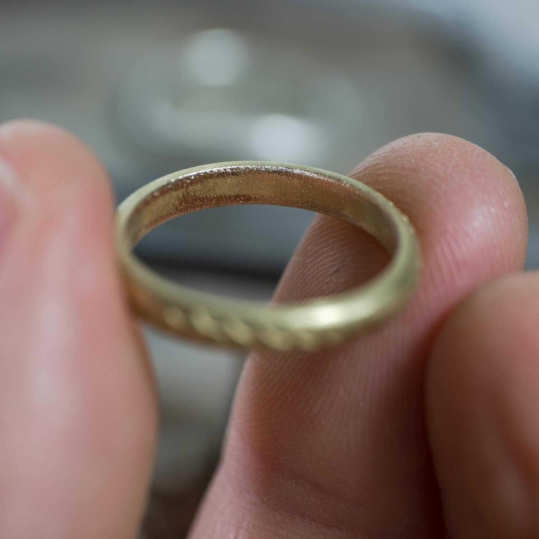 手に持って、内側クローズアップ オーダーメイドマリッジリングの制作風景 ジュエリーのアトリエ ゴールド 屋久島のシダモチーフ 屋久島でつくる結婚指輪