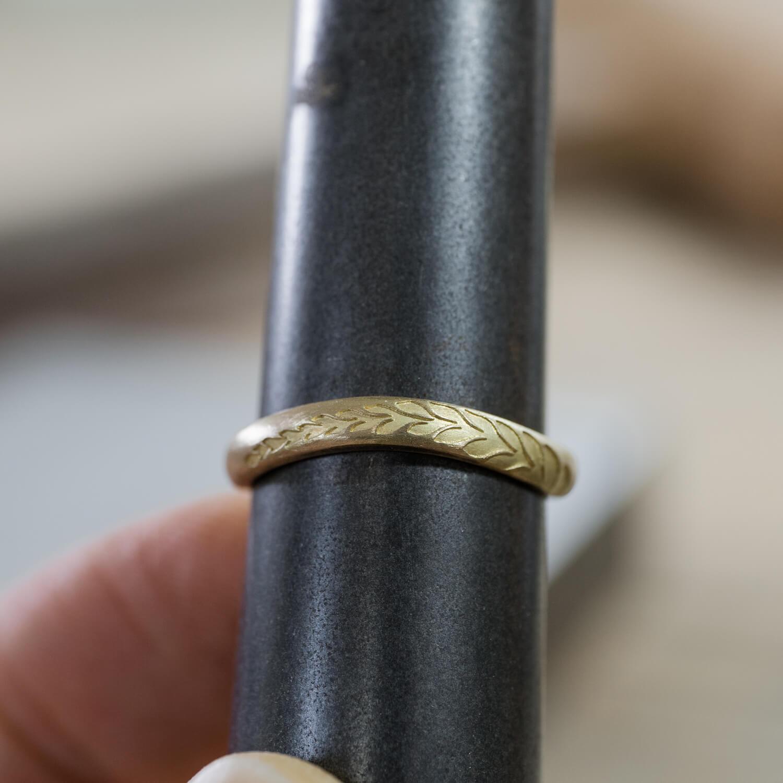 場面4 オーダーメイドマリッジリングの制作風景 ジュエリーのアトリエ ゴールド 屋久島のシダモチーフ 屋久島でつくる結婚指輪
