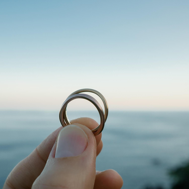 角度2 オーダーメイドマリッジリング 屋久島の海バック ゴールド  屋久島海とジュエリー 屋久島でつくる結婚指輪