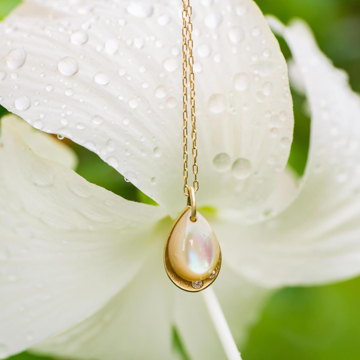 しずく型のネックレス、屋久島のハイビスカス、屋久島の雨 夜光貝、ゴールド、ダイヤモンド 屋久島雨とジュエリー オーダーメイドのマリッジリング