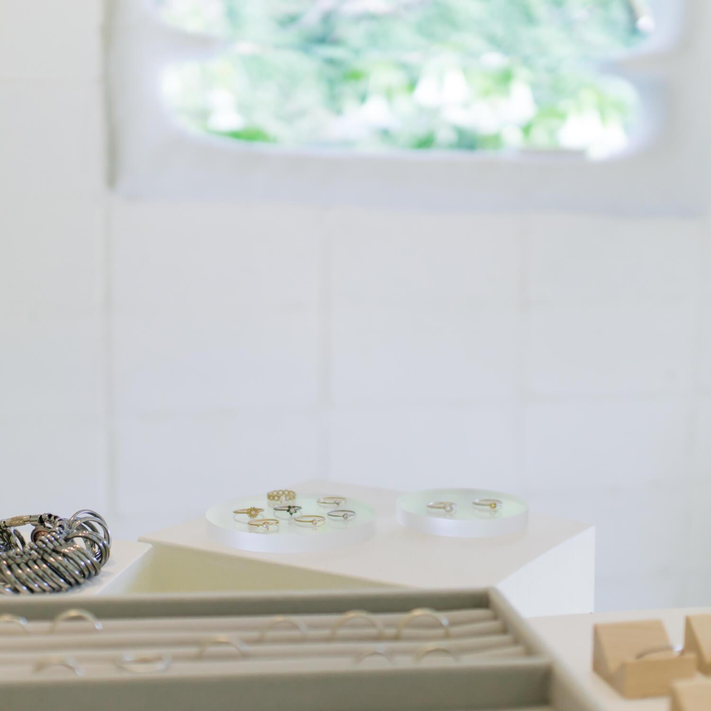 屋久島しずくギャラリー オーダーメイドマリッジリングの相談会会場 ディスプレイに結婚指輪、婚約指輪 屋久島でつくる結婚指輪