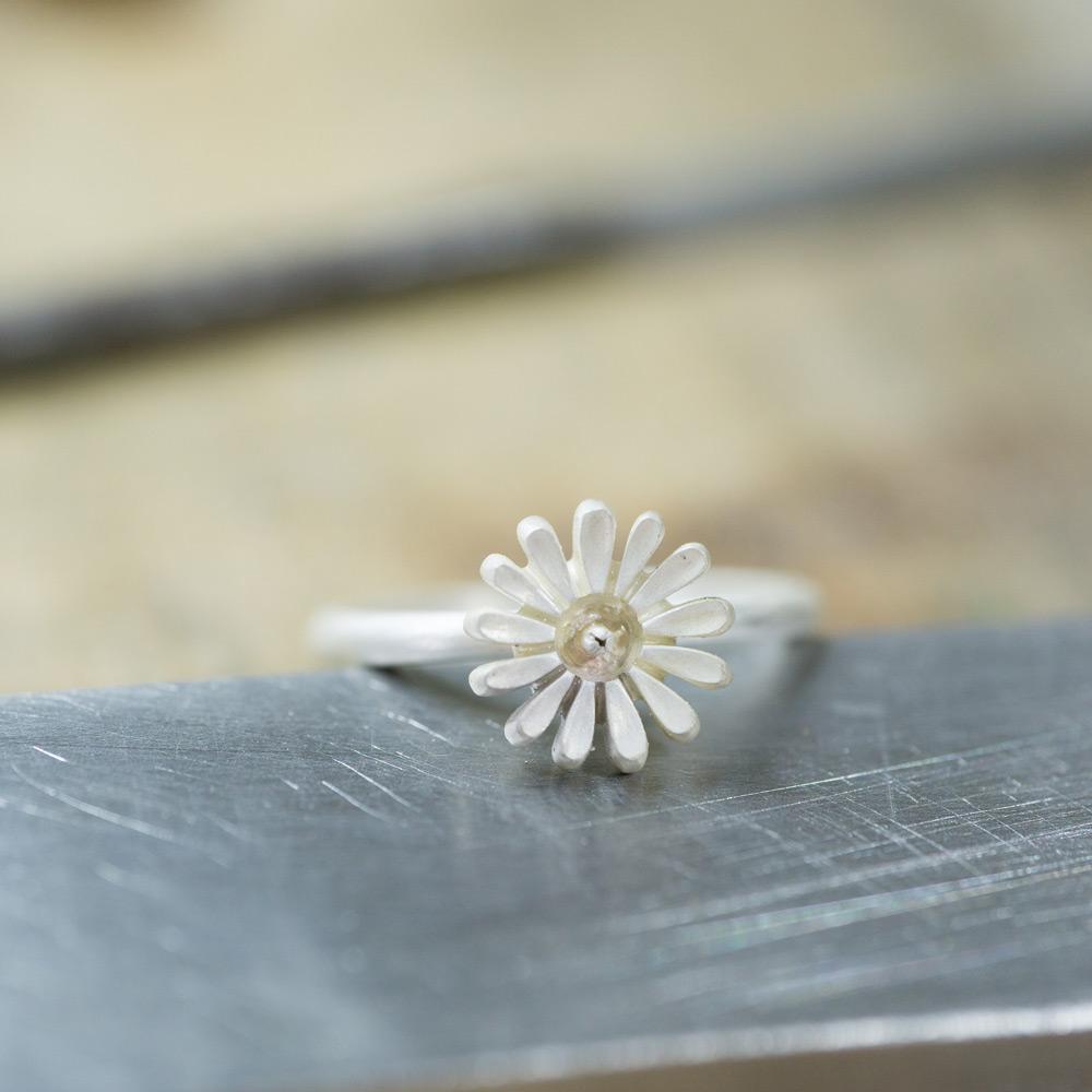 ベビーリングの制作風景 お花の指輪 シルバー 屋久島のツワブキモチーフ 屋久島でつくる結婚指輪