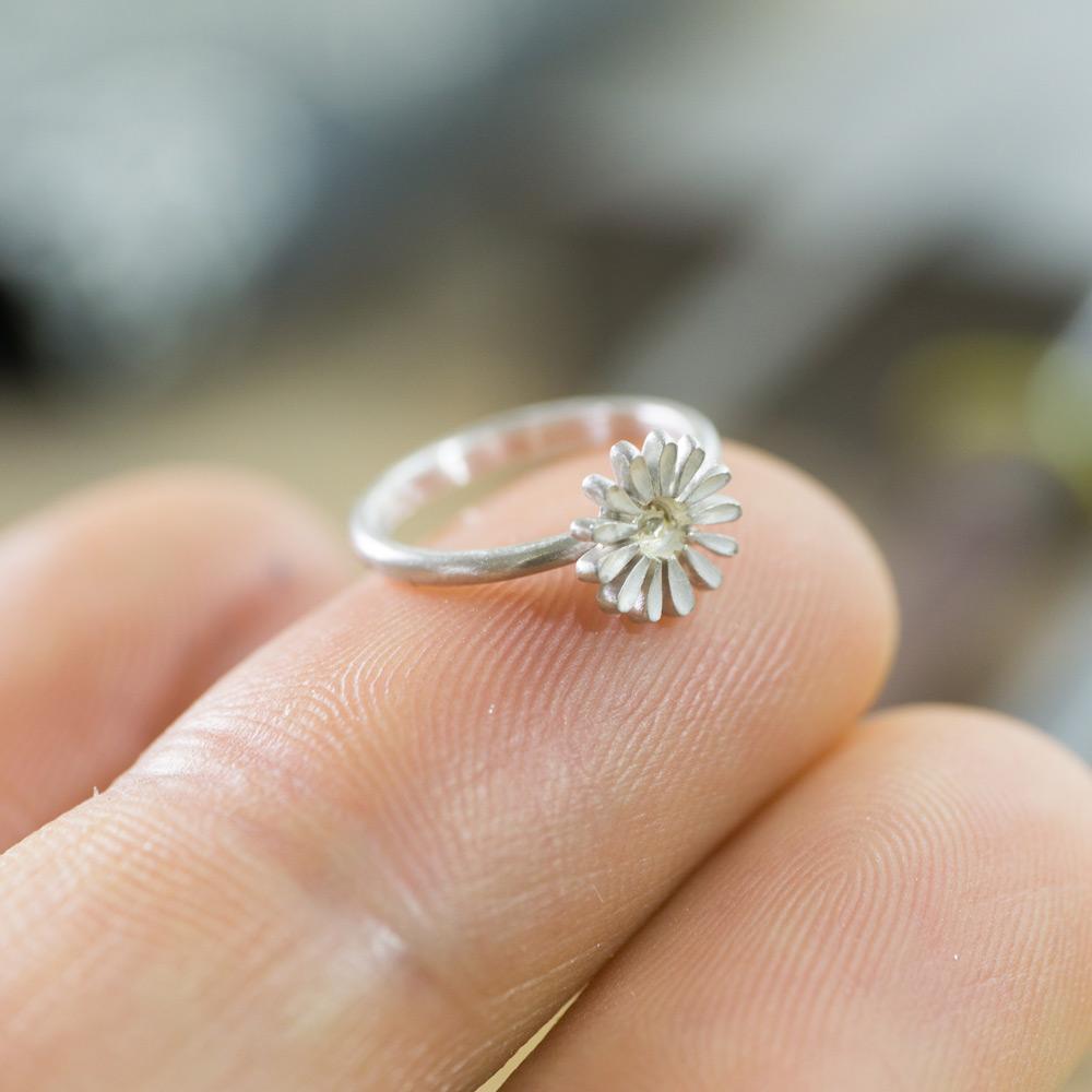ベビーリング指に乗せて お花の指輪 シルバー 屋久島のツワブキモチーフ 屋久島でつくる結婚指輪