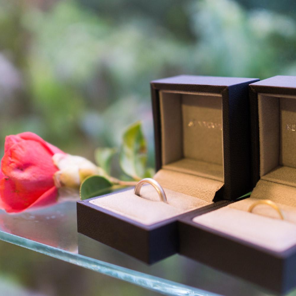 ケースの中、結婚指輪 屋久島の緑バック 屋久島しずくギャラリー 屋久島でつくる結婚指輪
