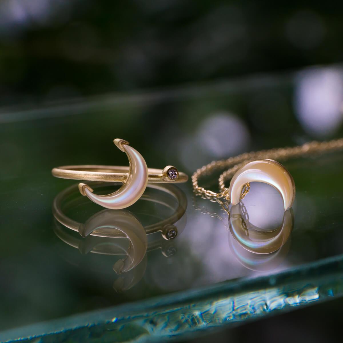 星と月の指輪、月のネックレス 屋久島の夜光貝、ゴールド、ダイヤモンド 屋久島しずくギャラリーのディスプレイ 屋久島海とジュエリー