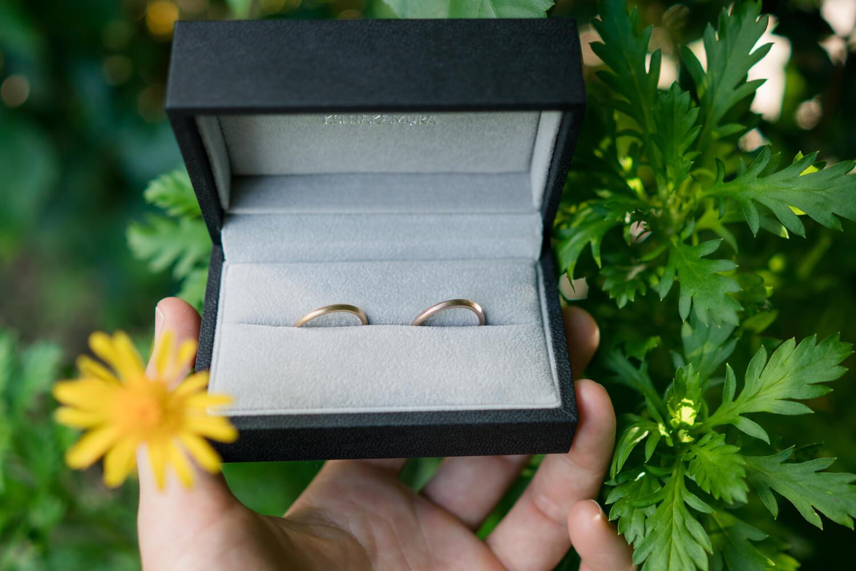 オーダーメイドマリッジリング、ケースを手に 屋久島の緑バック ゴールド 屋久島でつくる結婚指輪