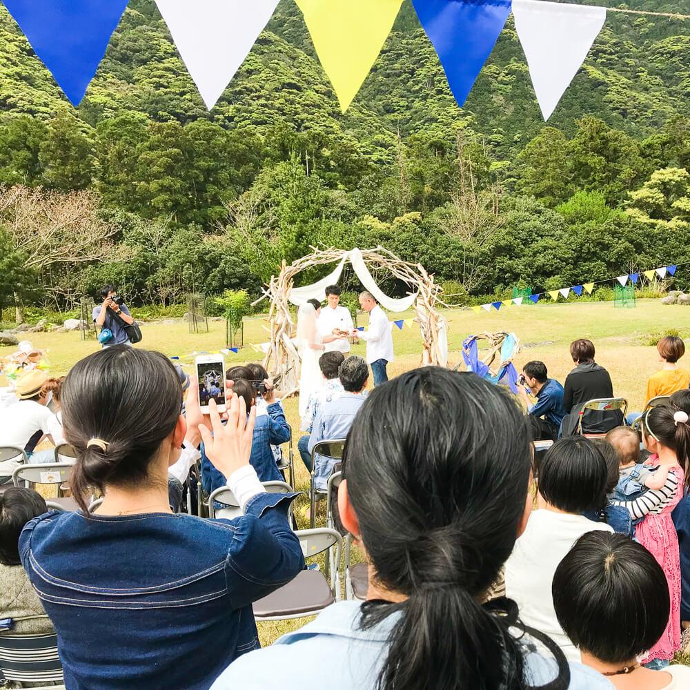 屋久島の結婚式風景 屋久島の公園 結婚指輪の交換 屋久島でつくる結婚指輪