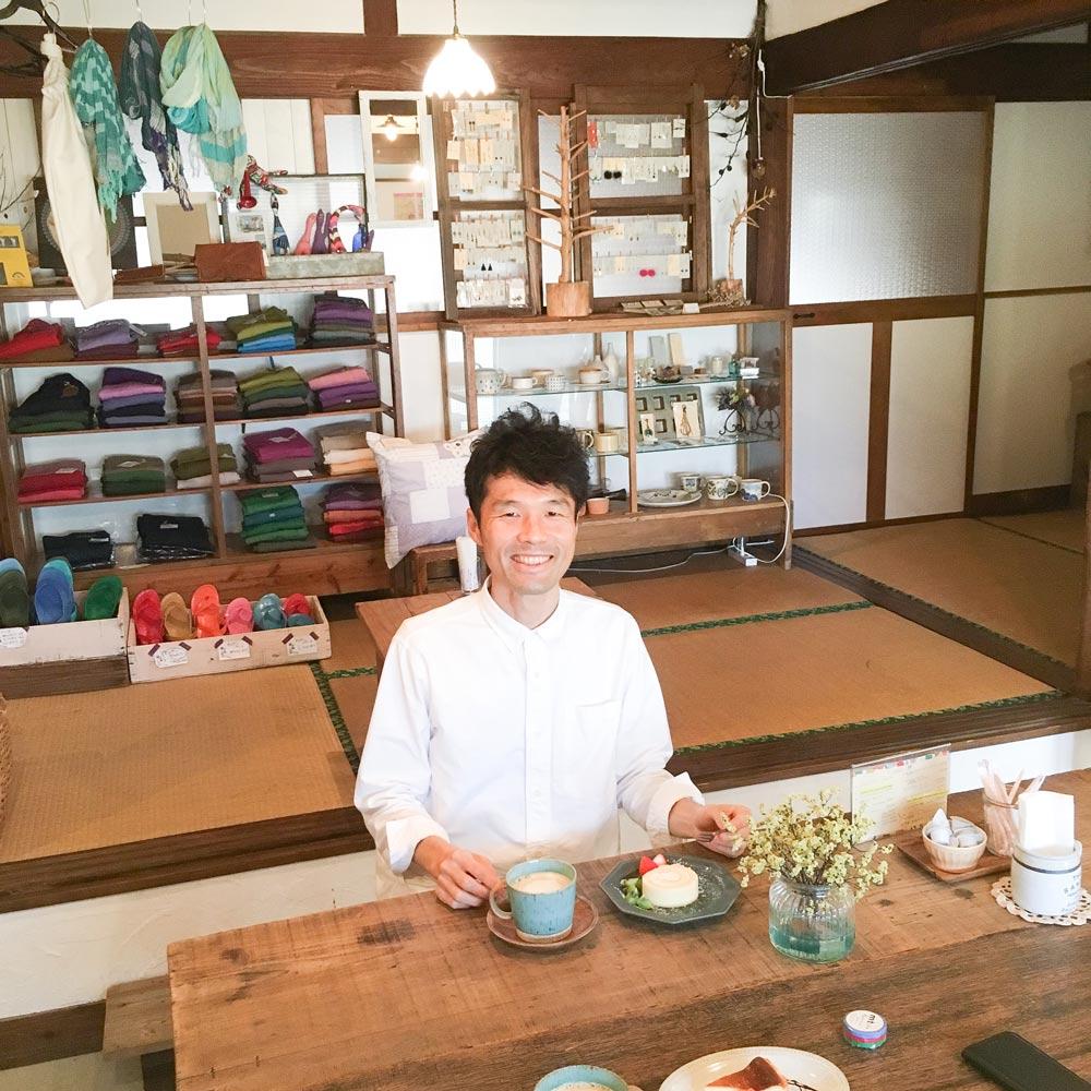 屋久島のカフェ kiina 店内 中村圭とケーキ 屋久島日々の暮らしとジュエリー