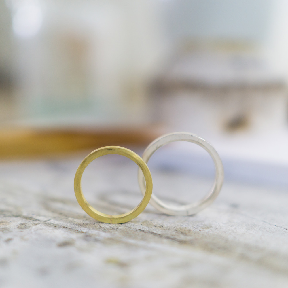 オーダーメイドマリッジリングの制作風景 ジュエリーのアトリエ 作業場に指輪 シルバー、ゴールド 屋久島で作る結婚指輪