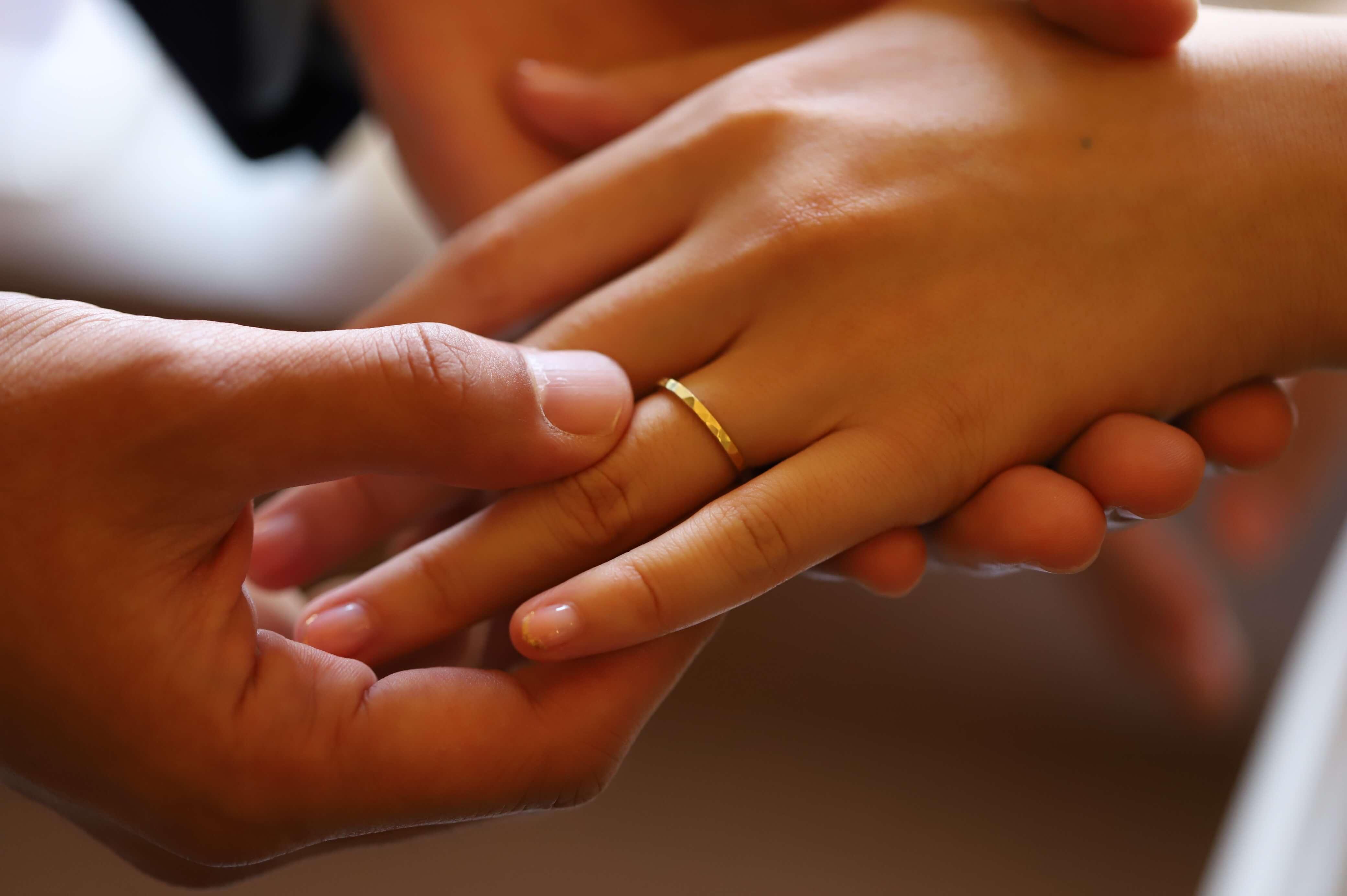 結婚式 指輪交換の場面 ゴールド 屋久島でつくる結婚指輪