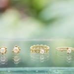 屋久島しずくギャラリー の窓際ディスプレイ ゴールド、パール、指輪、ピアス
