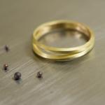 結婚指輪の制作風景 ゴールドのリング と金のつぶつぶ 屋久島でつくる結婚指輪
