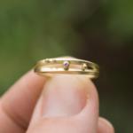 オーダーメイドの結婚指輪 屋久島の緑バック 手に持って3 ゴールド、ダイヤモンド