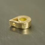しずく型のパーツ ゴールド オーダーメイドジュエリー制作風景 クローズアップ