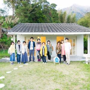 屋久島しずくギャラリーの前で記念撮影 たくさんの方々
