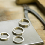 屋久島でつくる結婚指輪 シルバーのサンプルリング製作風景 作業台の上