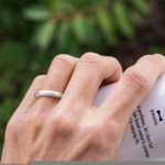 屋久島で作る結婚指輪 サンプルリングをつける シルバー