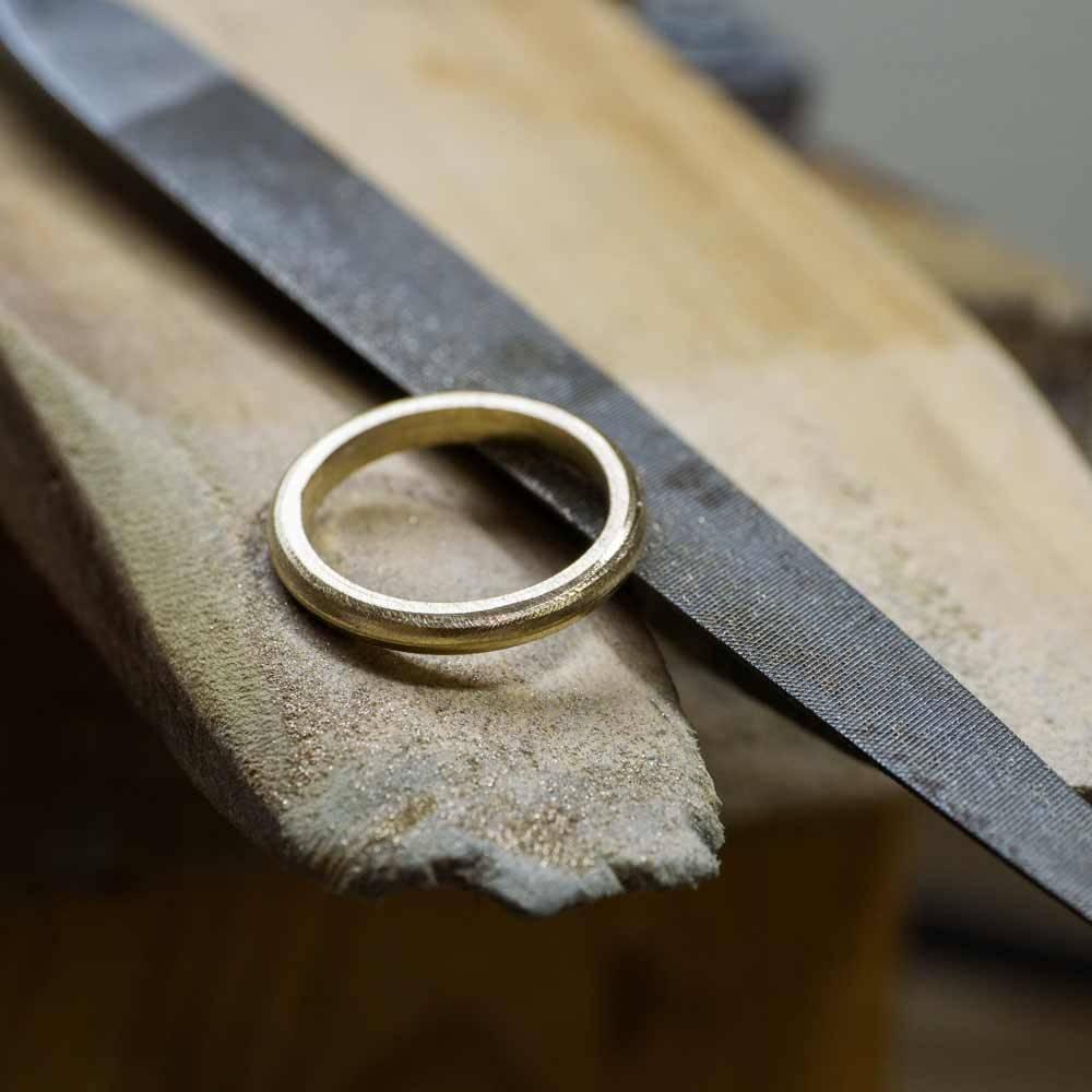 マリッジリングの製作風景 ヤスリとゴールドリング 屋久島で作る結婚指輪