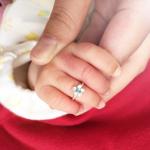赤ちゃんの指につけたベビーリング オーダーメイド