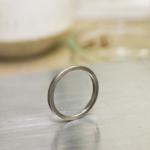 結婚指輪の制作風景 ホワイトゴールドの指輪 作業台の上