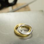屋久島で作る結婚指輪 作業台の上 プラチナ、ゴールド