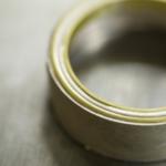 作業場 コンビネーションの指輪 クローズアップ シルバー、ゴールド