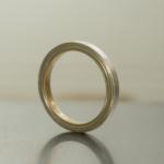 プラチナとゴールドのコンビリング 作業台の上 屋久島でつくる結婚指輪