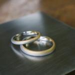 屋久島で作る結婚指輪 月モチーフ 作業台の上 プラチナ、イエローゴールド