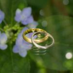 屋久島で作る結婚指輪 紫陽花をバックに イエローゴールド、プラチナ
