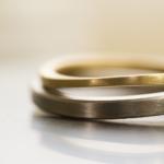 作業台の上 イエローゴールドの指輪とホワイトゴールドの指輪 屋久島で作る結婚指輪 クローズアップ