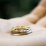 手のひらの上に乗せた結婚指輪と婚約指輪 ゴールド,ダイヤモンド