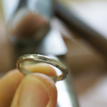 作業風景 手に取ったプラチナの結婚指輪